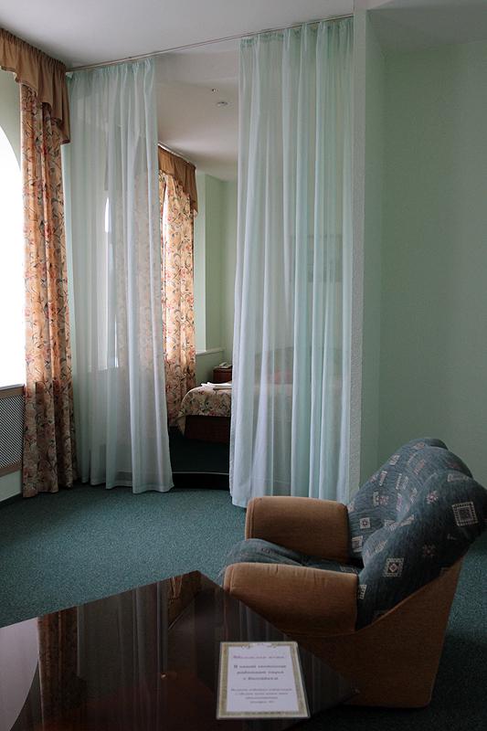 Спальное место на подиуме за занавесочкой.
